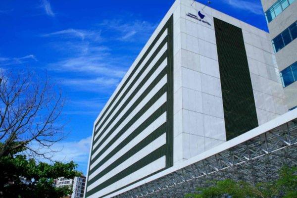fachada do hospital Moinho dos ventos, em Porto Alegre (RS), que está com capacidade lotada de pacientes de covid-19