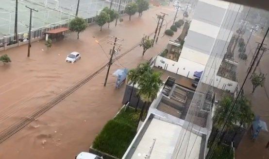 Rua alagada em Goiânia após chuva