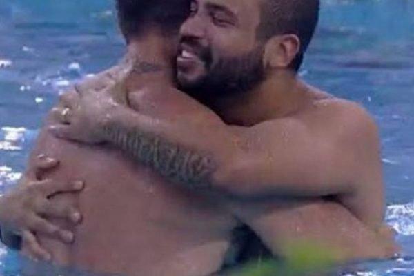 Projota e Arthur se abraçando na piscina