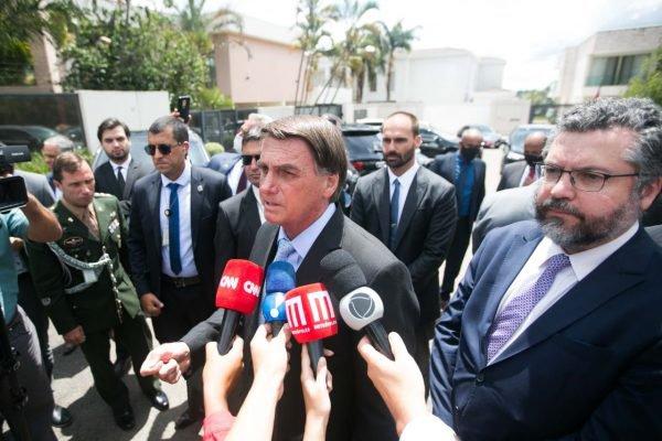 Presidente Jair Bolsonaro dá entrevista após evento em Brasília