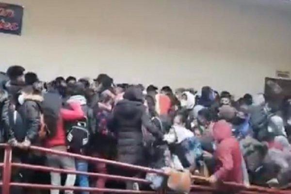 Universitários se aglomeram na Bolívia, grade se rompe e eles desabam