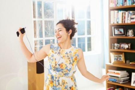 mulher em casa ouvindo música