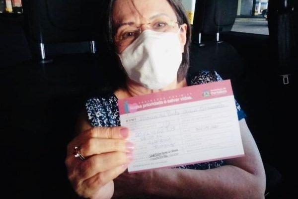 Maria da Penha mostra cartão de vacinação contra a Covid-19