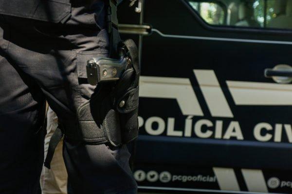 goias policial civil em frente a viatura