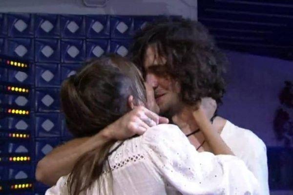 Fiuk e Thais se beijando