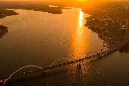 por do sol ilumina a ponte jk e o lago paranoá