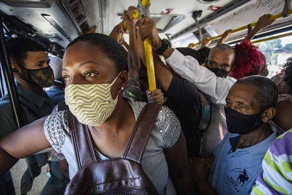 """Falta de fiscalização permite """"viagem da Covid"""" e perigo no BRT do Rio"""