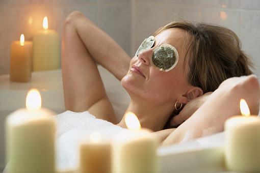 mulher relaxando em banheira