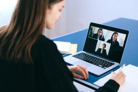 mulher computador reunião debate