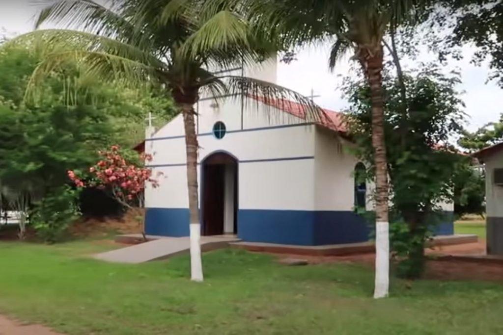 capela nas cores branco e azul na fazenda talismã, do cantor sertanejo leonardo, em goiás
