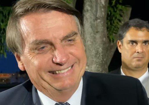Bolsonaro conversa com apoiadores