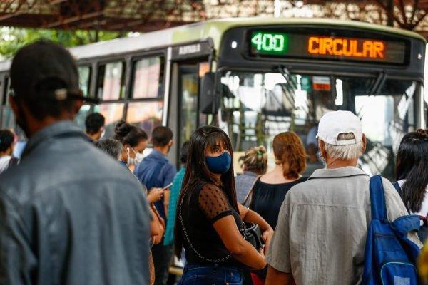 passageiros aguardando por chegada de ônibus em terminal do transporte de goiânia, goiás