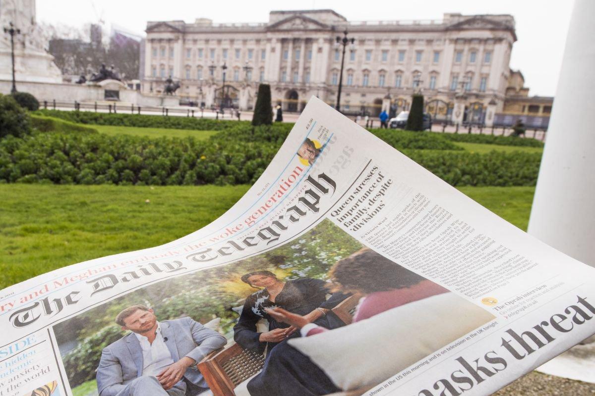 Jornal em frente ao Buckingham Palace