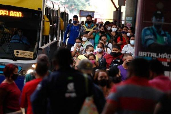 Terminal de transporte coletivo lotado de passageiros em Goiânia