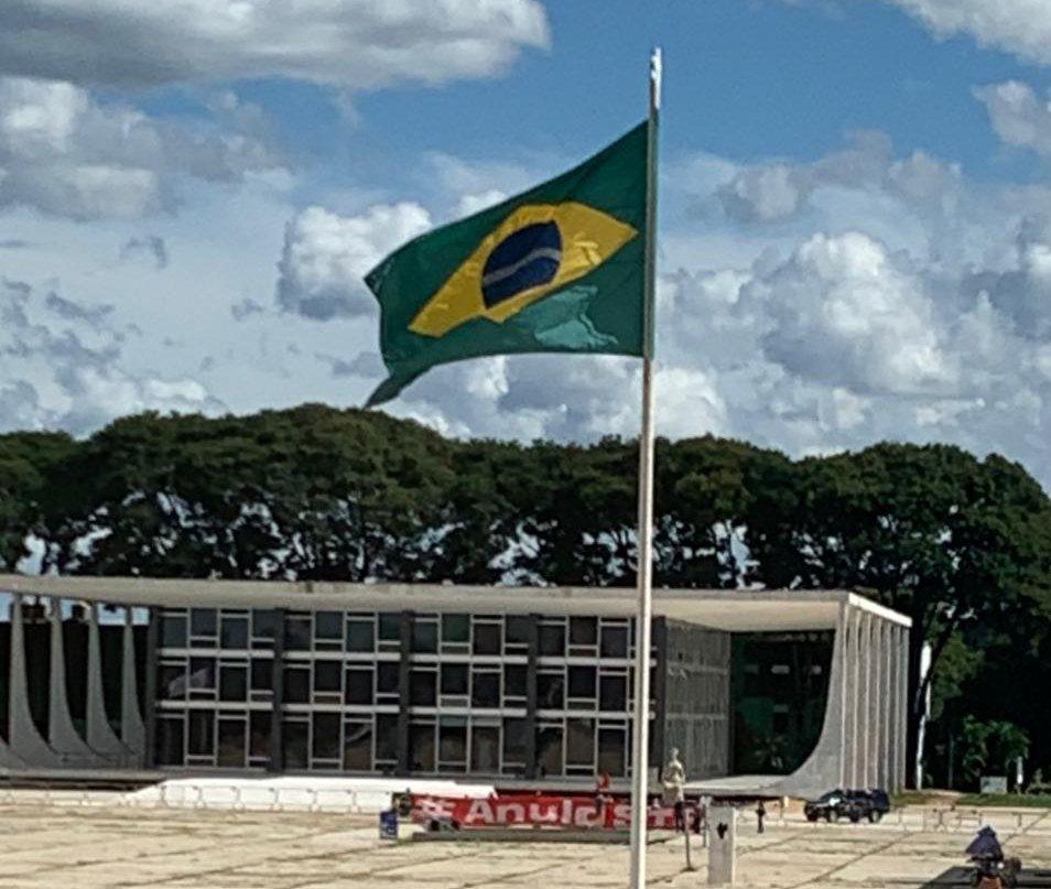 Faixa pedindo a anulação dos processos contra Lula colocada em frente ao STF