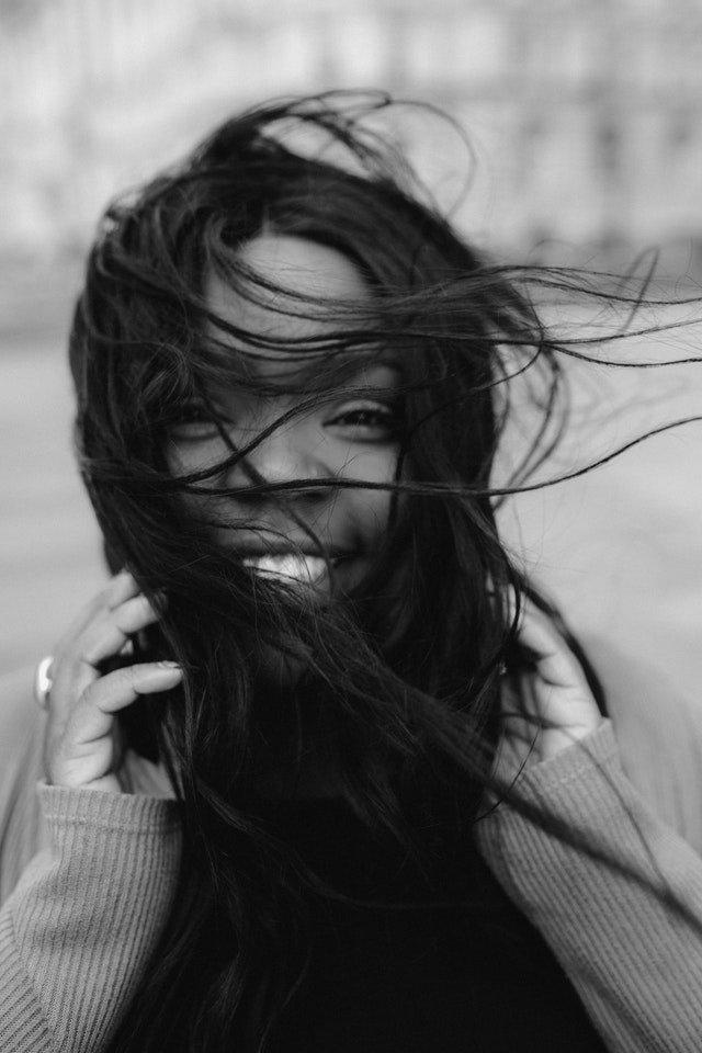 Mulher negra com cabelos voando