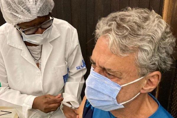 Chico Buarque é vacinado contra a Covid-19