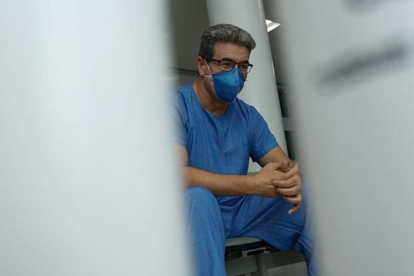 Médico intensivista Euler Sousa, que atua na linha de frente da Covid em Goiânia