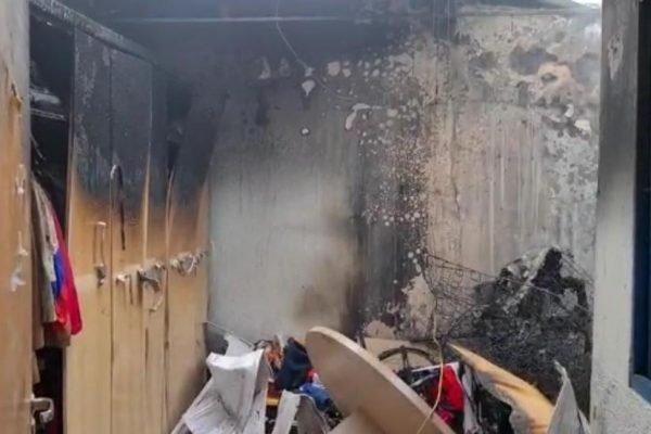 Casa destruída após incêndio