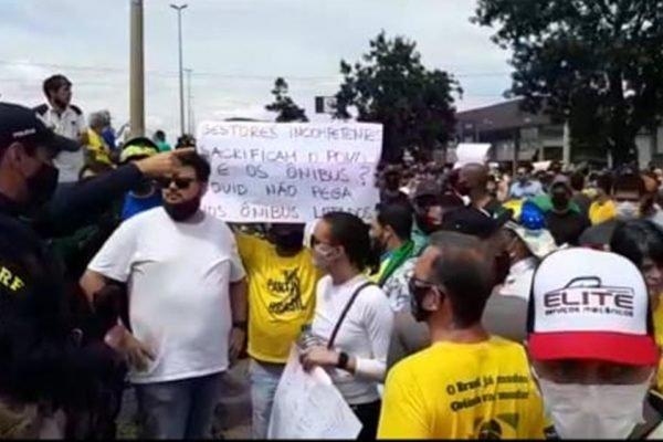 manifestantes contra lockdown bloqueiam BR-153 em goiânia. eles são contra o lockdown e medidas de restrição contra a covid-19