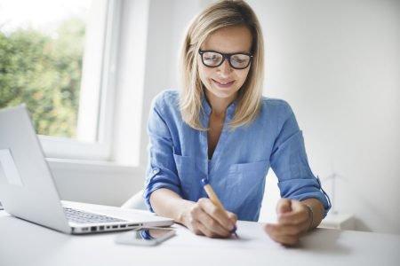 mulher branca fazendo anotações