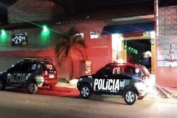 Carros de polícia em frente a Motel em Fortaleza