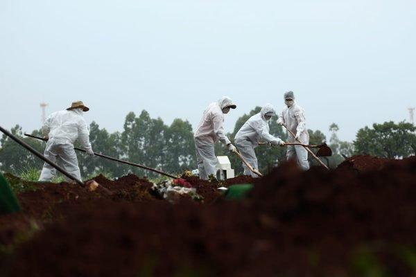 coveiros de cemitério de goiânia usam roupas especiais para enterrar vítimas da covid-19 em goiás