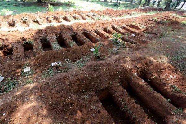 Movimentação no cemitério da Vila Formosa, zona leste de São Paulo, na manhã de segunda-feira, 15 de março (4)