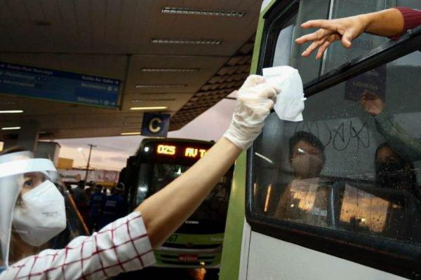 Entrega de máscaras N95 a usuários do transporte coletivo de Goiânia