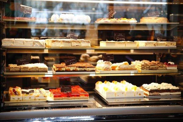 Vitrine com diferentes tipos de bolos