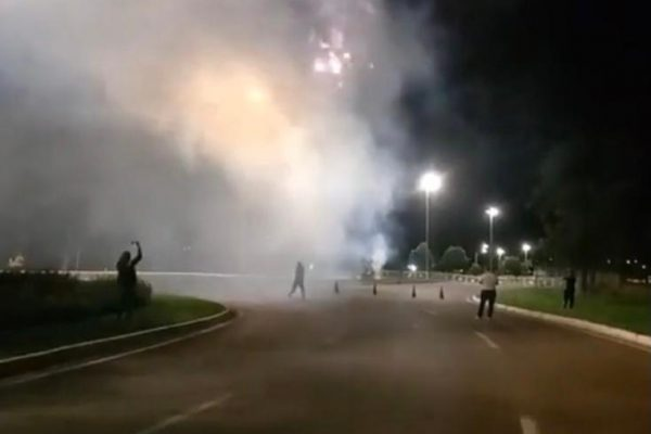 Proibidos no DF, grupo dispara rojões pelo aniversário de Bolsonaro