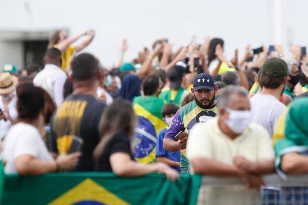 Apoiadores do presidente Bolsonaro se aglomeram em frente ao palácio da Alvorada no dia do aniversário do chefe do executivo. Cerca de 500 manifestantes cantaram parabéns em frente ao espelho d'água e trouxeram um bolo para comemorar junto com o presidente