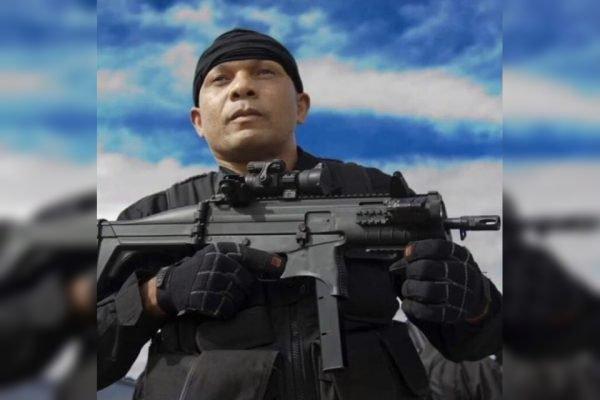 Policial com arma