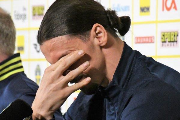 Zlatan Ibrahimovic chora em coletiva