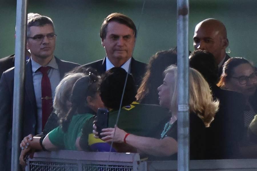 Presidente Bolsonaro chega ao palácio da Alvorada e cumprimenta apoiadores sem máscara. Os seguranças que o acompanham também não utilizam o equipamento de proteção. Fotos Igo Estrela/Metrópoles