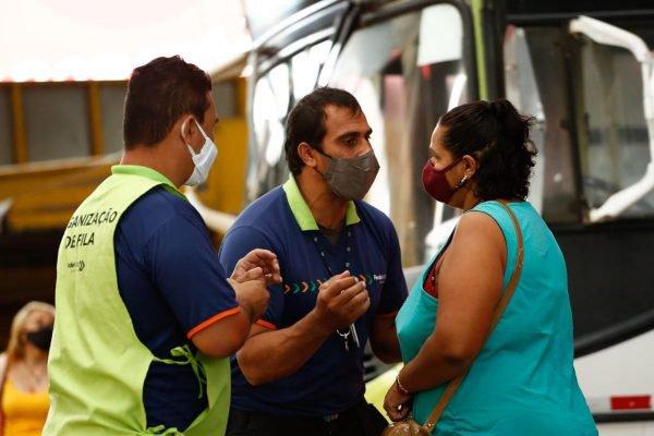 funcionário do sistema de transporte de goiÂnia tenta explicar para usuária que ela não pode embarcar no ônibus em horário de pico, por causa das regras do novo decreto, em função da pandemia da covid-19