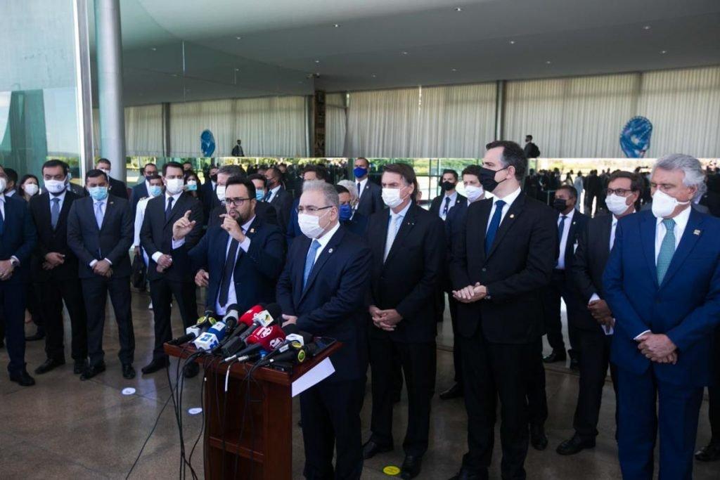 Após recorde de mortes, Bolsonaro anuncia comitê de crise contra Covid