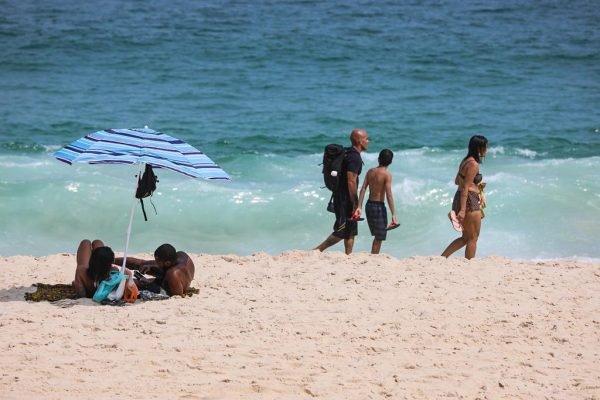 Cariocas e turistas ignoram medidas restritivas e permanecem nas areias das praias do Rio