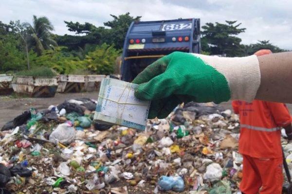 Doméstica joga R$ 10 mil da patroa no lixo