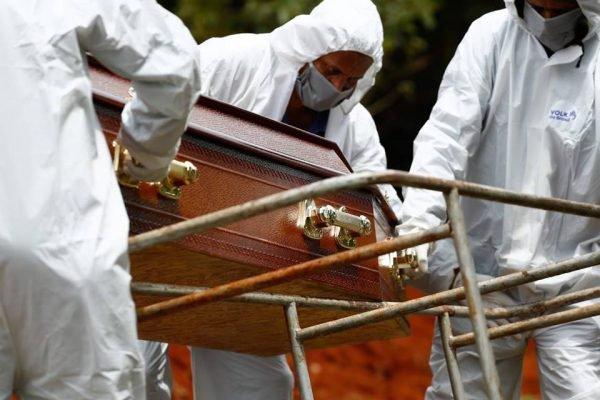 movimento de enterros e carros de funerária no cemitério vale da paz, em goiânia, goiás