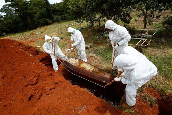 Enterro de vítimas da Covid-19 em cemitério de Goiânia, Goiás