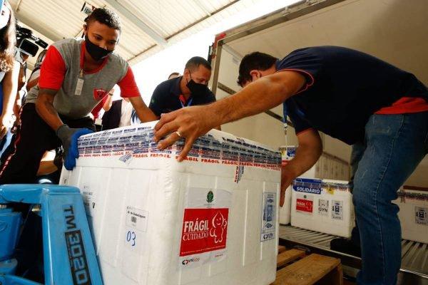 Chegada de novo lote da vacina contra a covid-19 em Goiás