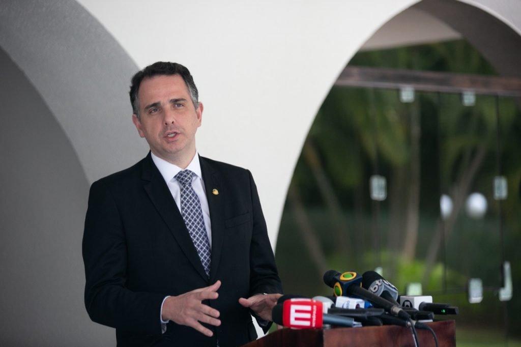 Rodrigo Pacheco fala com a imprensa na residência oficial