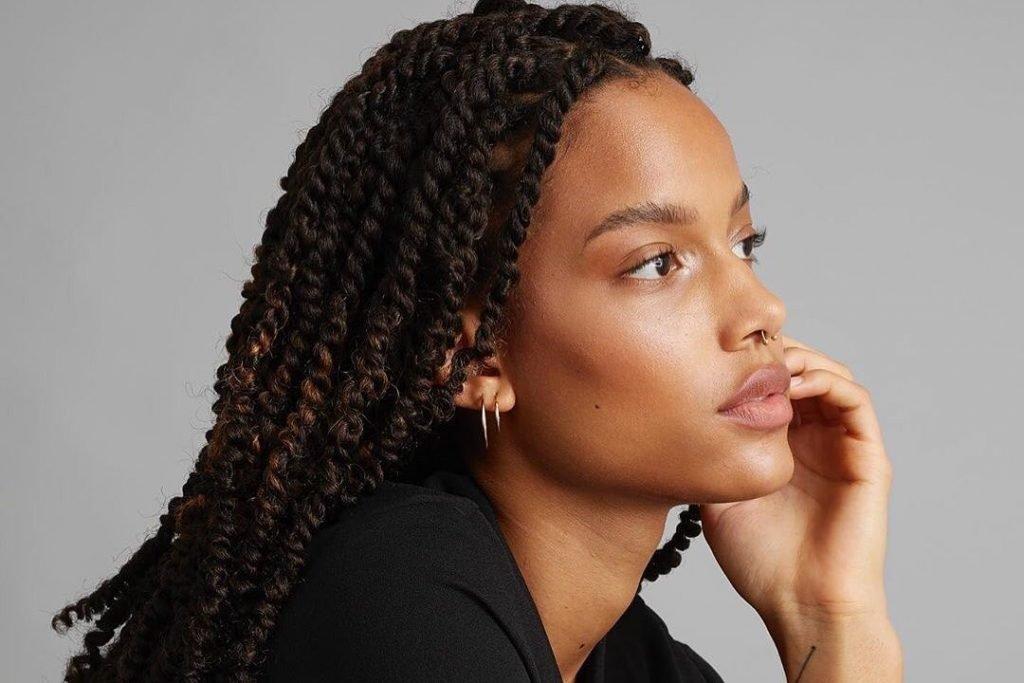 mulher negra de perfil