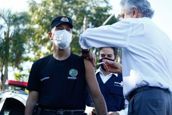 governador de goiás ronaldo caiado vacina integrante da polícia militar, em goiás