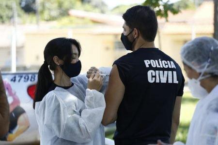 vacinação de policiais e agente de segurança pública em goiás no drive-thru montado na academia de polícia militar, em goiânia