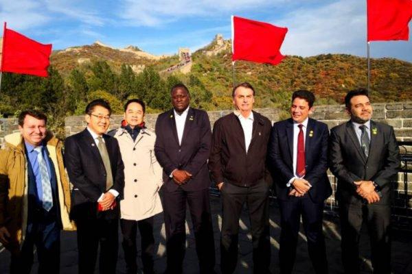 Embaixador da china posta foto com Bolsonaro