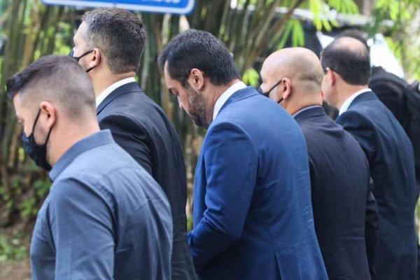 Governador do Rio em exercício, Claudio Castro, circula pelas dependências do Palácio Guanabara sem máscara