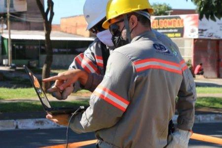 técnicos da CEB-D repara rede de energia