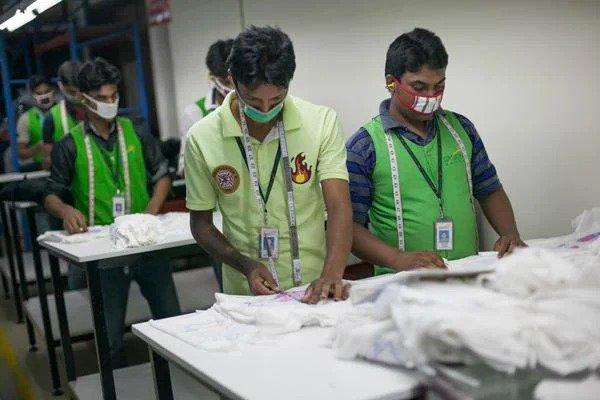 Trabalhadores de fábrica têxtil